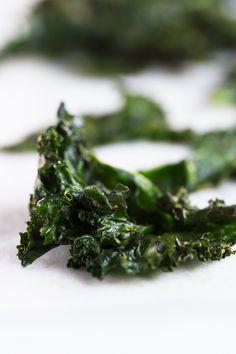 Las chips de kale son un snack o aperitivo muy sabroso y sano, perfecto para comer fuera de casa o cuando estamos de viaje. Sólo necesitas 6 ingredientes y son muy fáciles de preparar.