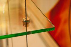 Prateleira de vidro suspensa por cabo de aço newartvidros