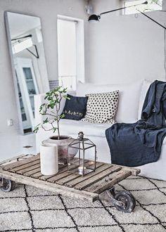 Descubre cómo combinar mesas de #estilo #industrial en tu salón. #Deco…