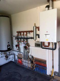 CV-installatie met vloerverwarming Hydronic Radiant Floor Heating, Mechanical Room, Underfloor Heating Systems, Heating And Plumbing, Modern House Design, Home Builders, Palette, House Styles, Pex Tubing
