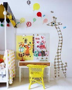 Inspiração de quarto infantil: cole adesivos nas paredes brinque com móveis coloridos e aposte no lúdico. Os pequenos vão amar!  #designdeinteriores #arquiteturadeinteriores #homeoffice #work #design #decorating #inspiring #inspiração #home #homesweethome #mobly #moblybr #inspiration #inspiração #office #decor #homedecor #decoraçãodeinteriores #instadecor #instahome #decoration