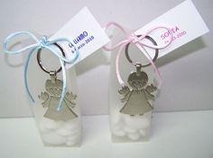 Detalles para invitados, llavero metal ángel.  Se presenta en caja alta opaca, lazo a tono, 12 peladillas de chocolate y tarjeta personalizada  Medidas llavero: 9 x 4 cm  Medidas caja: 4,5 x 14 x 3, 5 cm