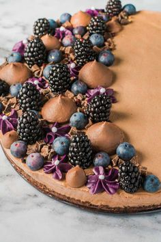 Chokolademoussekage med blåbær og brombær - Bageglad