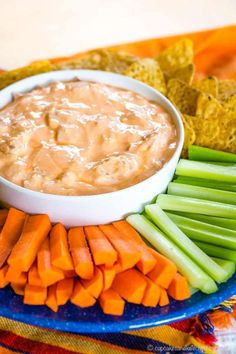 Bacon Blue Cheese Buffalo Dip - this spicy dip recipe is made with Greek yogurt and loaded with blue cheese and bacon for a low carb appetizer. Serve with chips or veggies as a great game day snack! Sauce Buffalo, Buffalo Dip, Buffalo Recipe, Low Carb Appetizers, Yummy Appetizers, Appetizer Recipes, Dip Recipes, Low Carb Recipes, Healthy Recipes