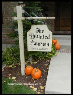 Such a fun Outdoor Halloween Decoration. Haunted Mansion Sign. Halloween Decoration Haunted House Get full INSTRUCTIONS and a link to the VINYL here #Crafts
