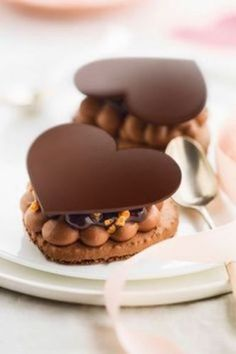 ☘ Heart macaron filled with mousse, chocolate sauce and nougat Fancy Desserts, Köstliche Desserts, Chocolate Desserts, Dessert Recipes, Baking Chocolate, Chocolate Hearts, Chocolate Cake, Mini Cakes, Cupcake Cakes