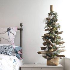 sapin de Noël en bois flotté, décoré de colombes dans la chambre à coucher romantique