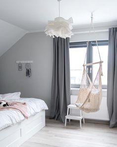 Das zeitlose Grau lässt Dein Schlafzimmer erstrahlen, füllt es mi – décor à la maison, conception de la salle et plus Bedroom Wall Colors, Bedroom Decor, Wall Tumblr, Dream Bedroom, Girls Bedroom, Room Divider Curtain, Cool Curtains, Scandinavian Bedroom, Grey Bedding