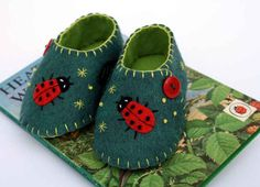 Felt baby shoes, green with ladybird