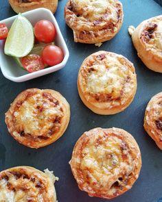 Disse er populære i heimen! Elsket av både store og små, og det går alltid unna på disse med en gang de kommer ut av ovnen. Oppskriften er ganske stor, og nå vet du hvorfor. Disse er finfine å ha i frysen og ta opp ved besøk, og de går med både i matpakker, … Baked Potato, Bakery, Muffin, Food And Drink, Pizza, Potatoes, Breakfast, Ethnic Recipes, Drinks
