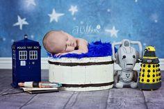 Um senhorzinho do tempo! Ensaio newborn com inspiração em Doctor Who.