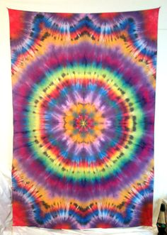 Tapestry - tie dye wall & home decor - large sized rainbow mandala tape Tie Dye Tips, How To Tie Dye, Tie Dye Tapestry, Mandala Tapestry, Tie Dye Bedding, Mandalas Painting, Tie Dye Crafts, Tie Dye Techniques, Tie Dye Outfits