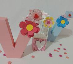 Letra em 3D personalizada com o tema, feito com material de scrapbook - 180 gramas.  O valor é por unidade, ou seja por letra.   Está incluso a flor e o passarinho, todos feitos com material de scrapbook. R$ 18,00