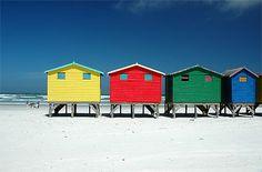 Cabanes sur les plages de Muizenberg. Ce sont de longues plages populaire auprès des surfeurs comme des nageurs.