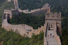 Grande Muralha da China. Do total de 21.000 quilómetros que constituem a Grande Muralha, 2.000 já desapareceram. As causas são vandalismo, erosão e falta de manutenção_um dos nove locais turísticos que podem desaparecer