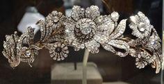 Una Tiara de Estilo Victoriana Temprano La Tiara Post Diamond se hizo a mediados del siglo XIX. Realizada en plata y oro en el estilo de  principios de la joyería victoriana. Durante este tiempo, la atención se centró en los motivos naturalistas, como se ve aquí con las ramas enjoyadas de hojas y flores. Esta tiara, se cree que se hizo en Francia, es un hermoso ejemplo de una guirnalda de rosas silvestres. Fue propiedad de un noble británico