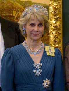 HRH the Duchess of Gloucester at the Guildhall banquet during the Mexican state visit to the United Kingdom (4 march 2015). She's wearing the tiara, earrings, two brooches (there's also another brooch in the parure) and one of the two necklaces (there's also another one with pendants) from the Gloucester Turquoise parure. She's also wearing a collet diamond necklace, Queen Elizabeth II's family order, and the breast star of the Royal Victorian Order.