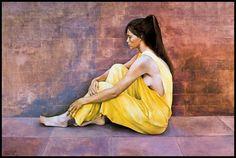 Muchacha con vestido amarillo - Pintura de Montserrat Gudiol-1988