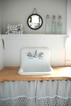 Small Farmhouse Kitchen Vintage Sink Design, Pictures, Remodel, Decor and Ideas - page 2 Like this sink Small Farmhouse Kitchen, Home, Small Bathroom, Small Bathroom Colors, Laundry Room, Sink Design, Farmhouse Style Kitchen, Vintage Sink, Sink