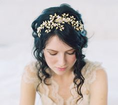 20 Beautiful Botanical & Floral Bridal Hair Accessories | SouthBound Bride www.southboundbride.com/20-botanical-floral-bridal-hairpieces  Pictured: Style no. 2048 by Erica Elizabeth Design | Image: Caroline Tran