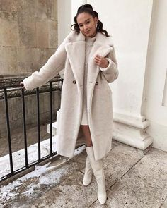 This long faux fur elevates your style to the next level 👸 Long Beige Faux Fur Coat with pockets on the side. Casual Winter Outfits, Winter Fashion Outfits, Autumn Winter Fashion, Stylish Outfits, Fall Outfits, Cute Outfits, Outfit Winter, Autumn Style, Autumn Fall