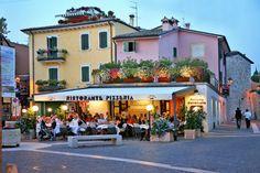 Das Restaurant befindet sich in Bardolino, auf einem charakteristischen, kleinen Platz im historischen Ortskern und ist mit einem kurzen Spaziergang durch die Gassen unseres Dörfchens leicht erreichbar. Das Lokal hat eine elegante Ausstattung, bis in die kleinsten Details hin und eine gepflegte, nicht übertrieben formelle Atmosphäre.   Giorgio erwartet Sie im Restaurant Pizzeria 'La Formica', wo Ihnen der Koch Genc eine traditionelle Küche vorschlägt, die mit unverfälschten Zutaten…