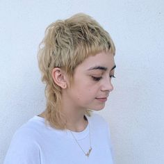 It's called a timeless hair trend for a reason. Give this short mullet shag cut a go to match your sunflower blonde tresses. Male Haircuts Curly, Short Shag Hairstyles, Inverted Bob Hairstyles, Hairstyles With Bangs, Mullet Haircut, Mullet Hairstyle, Hairstyle Ideas, Curly Hair With Bangs, Short Hair Cuts