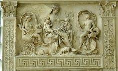 Saturnia Tellus. Questo pannello è uno dei meglio conservati. Si tratta di una complessa allegoria di una mitica terra dell'Età dell'oro. Il rilievo rappresenta una grande figura matronale che potrebbe essere una Venere Genitrice o una personificazione dell'Italia, o forse ancora della Pax. Ai suoi lati si trovano due figure mitologiche che probabilmente alludevano a luoghi geografici.