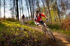 Slovenské a poľské kúpeľné mestá spojí 230 km dlhý cyklistický okruh Slovensko-poľská cezhraničná spolupráca Interreg prináša ovocie  Do konca tohto roka by mal slovenské a poľské kúpeľné pohraničné obce a mestá spojiť 230 km dlhý cyklistický okruh. Projekt si celkovo vyžiada viac ako 5 mil. eur a je spolufinancovaný Európskou úniou vo výške 85 % z Európskeho fondu regionálneho rozvoja. Fondue, Bicycle, Vehicles, Bike, Bicycle Kick, Bicycles, Car, Vehicle, Tools