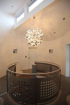 "Treppenhaus mit italienischer Effektlasur ""La Casa dei Sogni"" von Giorgio Greasan Bathtub, Ceiling Lights, Lighting, Home Decor, Home, Painting Contractors, Italy, Homes, Nice Asses"