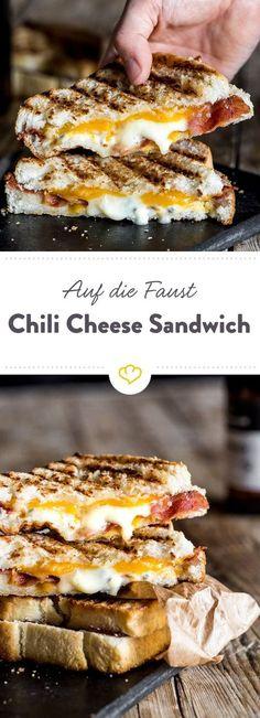 Wenn es mal schnell gehen muss, du beim Geschmack aber keine Kompromisse eingehen möchtest, brate dir einfach ein Chili Cheese Sandwich mit Bacon.