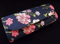 Bolsa estilo carteira, produzida em cartonagem artesanalmente. Revestimendo externo de tecido estampado floral nas cores azul,rosa, rosa claro, amarelo claro, verde claro e lilás, 100% algodão.  Revestimento interno em tecido preto 100% algodão. Fecho tipo botão com imã.   Valor R$ 35,00 no depósito em conta + frete. PAGAMENTO VIA PAGSEGURO: 10% DE ACRÉSCIMO NO VALOR DO PRODUTO PAGAMENTO VIA BOLETO BANCÁRIO: 10% DE ACRÉSCIMO NO VALOR DO PRODUTO PAGAMENTO VIA CARTÕES DE CRÉDITO (TODOS): 10%…