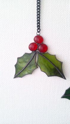 クリスマスに向けてのオーナメントです。ヒイラギの葉っぱはグリーの濃淡のある透明ではないガラスを使いました。オーナメントの大きさ 10㎝×12㎝チェ...|ハンドメイド、手作り、手仕事品の通販・販売・購入ならCreema。