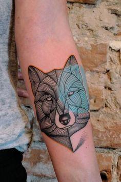 A tatuagem de lobo está ganhando traços bem diferentes. Confira inspirações de tatuagens de lobo com geometria, sem contornos e até com aquarela.