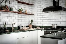 Het keukenblad van groen marmer is hét paradepaardje van dit botanische interieur - Roomed