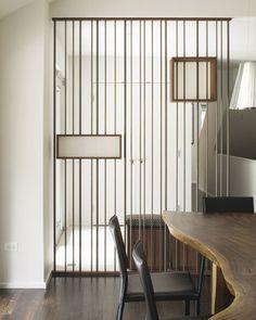 Divisor de espacios a medida, con barras de acero • Space divider, steel rods, by Hufft Projects, photo: Mike Sinclair