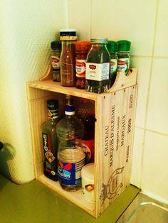 CAISSE A VIN EN BOIS, OU L'ETAGERE A EPICES FAITE EN 5 MIN Transformez une caisse a vin en bois en une étagère a épices pour votre cuisine. Vous pourrez également y ranger vos bouteilles d'huiles.