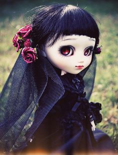 Gothic victorian veiled custom pullip doll / red eyes, make up an black outfit Scary Dolls, Kawaii Doll, Gothic Dolls, Paperclay, Little Doll, Custom Dolls, Ball Jointed Dolls, Doll Face, Blythe Dolls