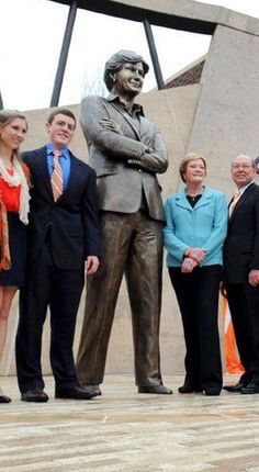 Tennessee dedicates campus statue to legendary coach, Pat Summitt.