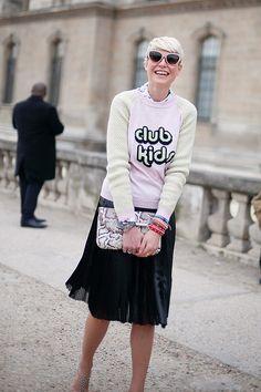 Fotos de street style en Paris Fashion Week: sudadera Club Kids