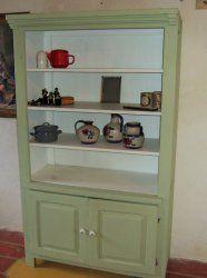 Geschilderde vitrine kast massief eiken geschilderd in bleek groen met wit. Hoog 184 cm Breed 107 cm. Diep 50 cm. Prijs € 195,-