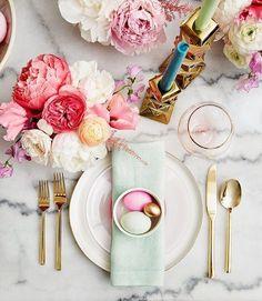 Creëer een prachtige tafel met de mooiste bloemen. Stijl 'm af met gouden bestek en steel de show!
