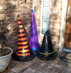 Witch hats made with chicken wire and duct tape. I think the original paper mache would be interesting as well. Could use tomato cages turned upside down. Sac Halloween, Halloween Porch, Halloween Projects, Holidays Halloween, Happy Halloween, Halloween Decorations, Halloween Stuff, Halloween Wreaths, Halloween Witches