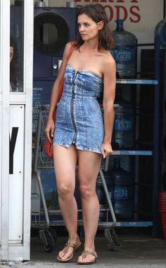Photo Katie Holmes suffers wardrobe malfunction in denim dress Katie Holmes, Sexy Outfits, Flannelette Shirt, Hollywood Celebrities, Beautiful Legs, Tom Cruise, Ohio, Sexy Women, Mini Skirts