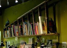 Una escalera empleada como estantería.