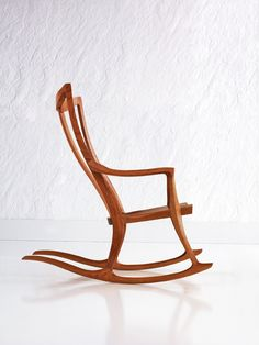 Pasadena Rocker - David Moser: I love rocking chairs and this one is a graceful sculpture. Available in cherry and oak. Handmade Wood Furniture, Mod Furniture, Natural Furniture, Furniture Making, Furniture Design, Rocking Chair Plans, Rocking Chairs, Interior Design Magazine, Cool Chairs