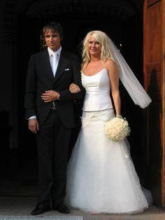 Kuppelformet brudebuket med Vendela rose og kant af budeslør. (Rikke)