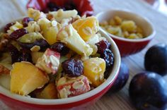 Ovocná a rychlá snídaně s proteínem...Ráno máme v těle nízkou hladinu cukru, málo vitamínů, živin a dalších potřebných látek. Pokud Vaše snídaně dokáže doplnit tyto chybějící látky, pak Váš den, - dopoledne zvládnete mnohem snadněji než bez snídaně. Fruit Salad, Food, Fruit Salads, Essen, Meals, Yemek, Eten