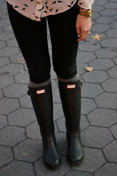 Hunter Boots, leggings, and slouchy cable knit sweater Fall Winter Outfits, Autumn Winter Fashion, Hunter Boots Outfit, Casual Outfits, Cute Outfits, I Love Fashion, Womens Fashion, Outfit Invierno, Me Too Shoes