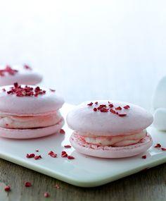 Sprøde, bløde og helt igennem lyserøde. Disse skønne macarons er fyldt med hindbærcreme af mascarpone - og næsten for flotte til at spise… Men også